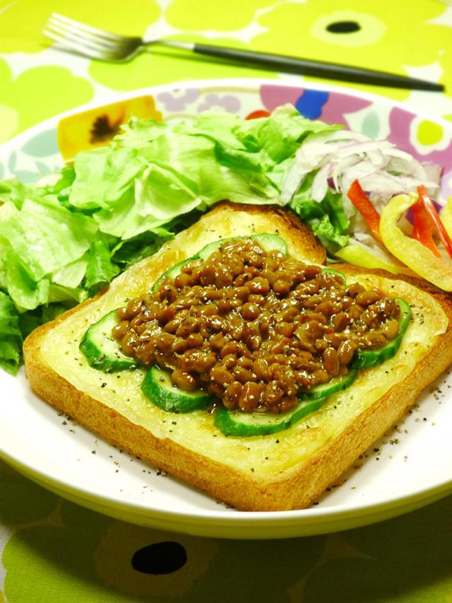 9. 超健康的!きゅうりの納豆トースト