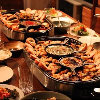 ホットプレートを囲む食卓 おもてなし料理を気楽に楽しむ秘訣