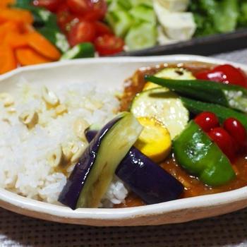 10種野菜のベジカレーとラムステーキスパイシーソースブルグル添え