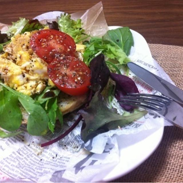 おうちランチに〜 カフェ風 スクランブルエッグのサラダオープンサンド