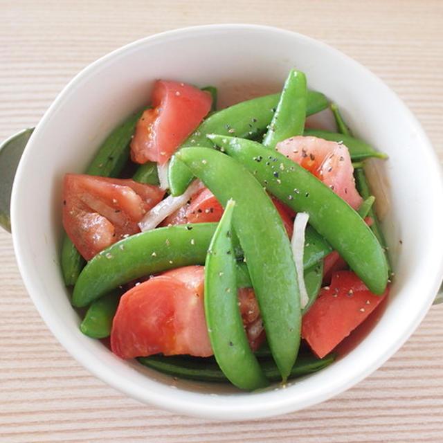スナップえんどうとトマトのシンプルサラダ。