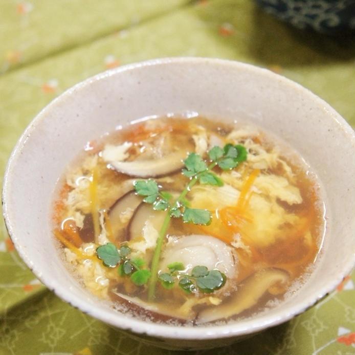 スープ茶碗によそられた和風かき玉春雨スープ