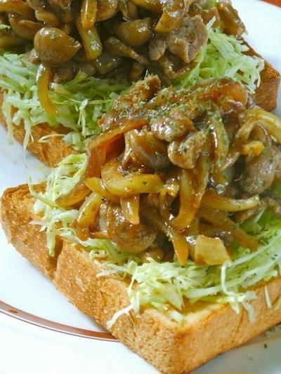 切り落とし肉と野菜でボリューミィうまソースで味付け簡単!お弁当にもオススメがっつり肉サンド。