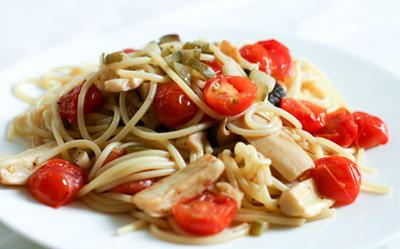 ミニトマトとエリンギ、きゅうりのピクルスのパスタ