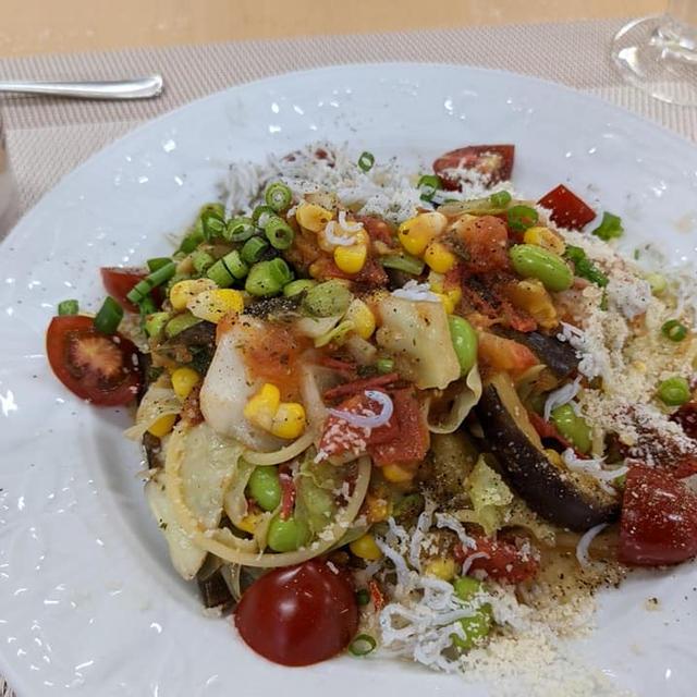 【夏野菜の塩パスタ】あっさりと美味しいナスとトマトとトウモロコシのパスタです♪