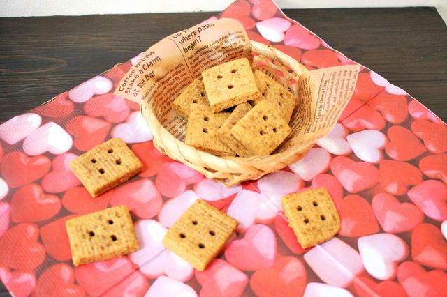 ハートのマットの上の四角いきな粉クッキー