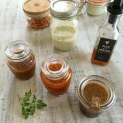 可愛らしい小瓶に手作り調味料などを詰め替えて。セリアグッズとか。