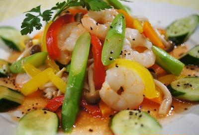 【海老と茹で野菜のサラダ】トマトドレッシングが絶妙にマッチング美味しいです♪