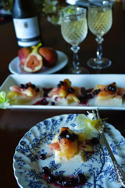 いちじく、生ハム、チーズのオープン米粉パン ブルーベリー×麹と黒酢オリーブオイルドレ