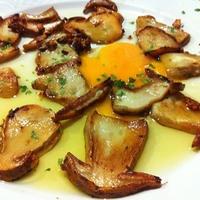 カリカリポルチーニと半熟卵のバスク風