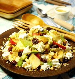 濃厚水切りヨーグルトを添えてシナモンシュガーとはちみつをかけていただく♪ナッツたっぷり彩りフルーツとアボカドのサラダ スパイス・簡単・朝食料理 -Recipe No.1448-