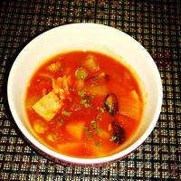 具材たっぷり!ピリ辛ミックスビーンズのトマトスープ