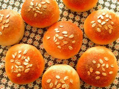 ライ麦プチパンでチキンバーガー、ペッパーきのこのオイル漬け添え…