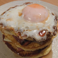 野郎飯流・ベーコンと目玉焼きのパンケーキサンド