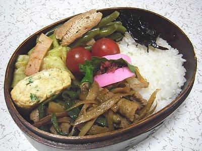 豚肉とごぼうのウスターソース炒め弁当。レタスサラダの晩ご飯