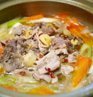 台湾風? 牛・豚・長ネギのニンニクごま油鍋