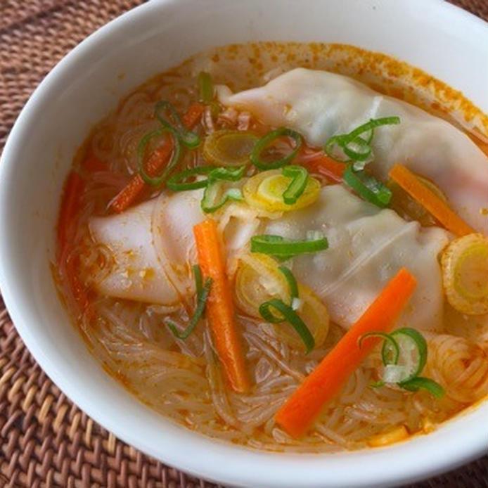 スープボウルに入った水餃子のトムヤムクン風スープ
