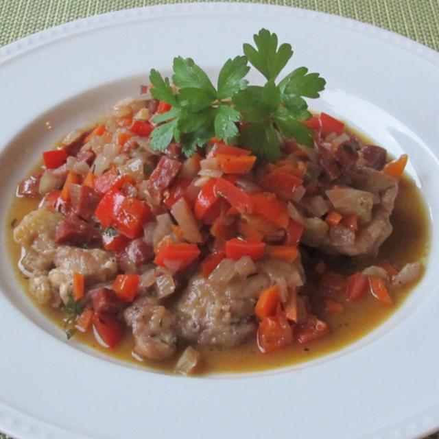 鶏肉とチョリソーの赤ワイン煮込み & ルッコラと洋梨のサラダ