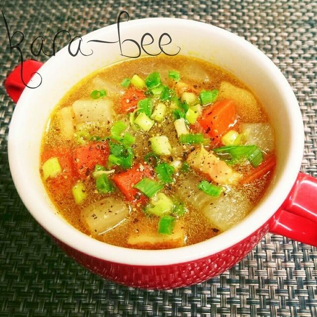 赤いスープカップに入った野菜の中華カレースープ