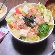 麻辣マヨ醤油でピリッと豆腐サラダ丼