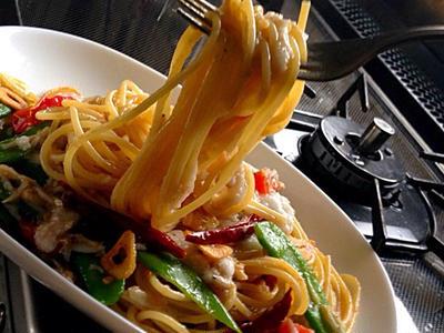 >絹さやとシラスの山かけのアンチョビペペロンチーノでスパゲッティ by シカさん