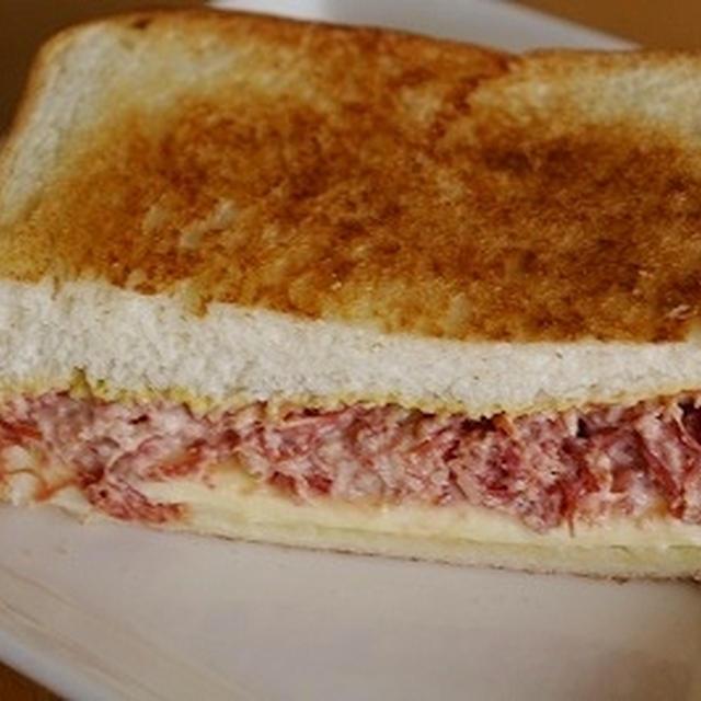 コンビーフとチーズのホットサンド