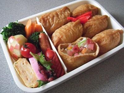 稲荷寿司弁当。春雨と水菜のサラダ、マグロのコチュジャン和え