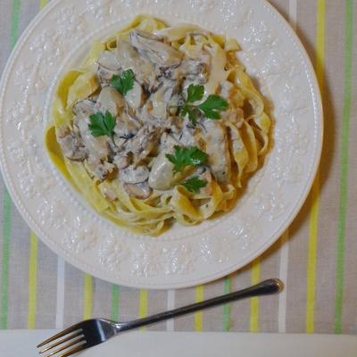 白い皿に盛られたポルチーニと牡蠣のパスタ