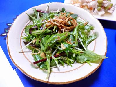 【めんつゆ×ごま油】フライドオニオンとベビーリーフのサラダ