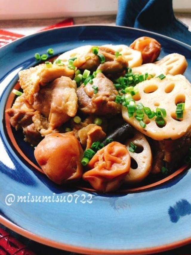 藍色のお皿に盛られた鶏肉と蓮根の梅煮