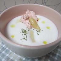 ホワイトアスパラのスープ ピンクのホイップ添え