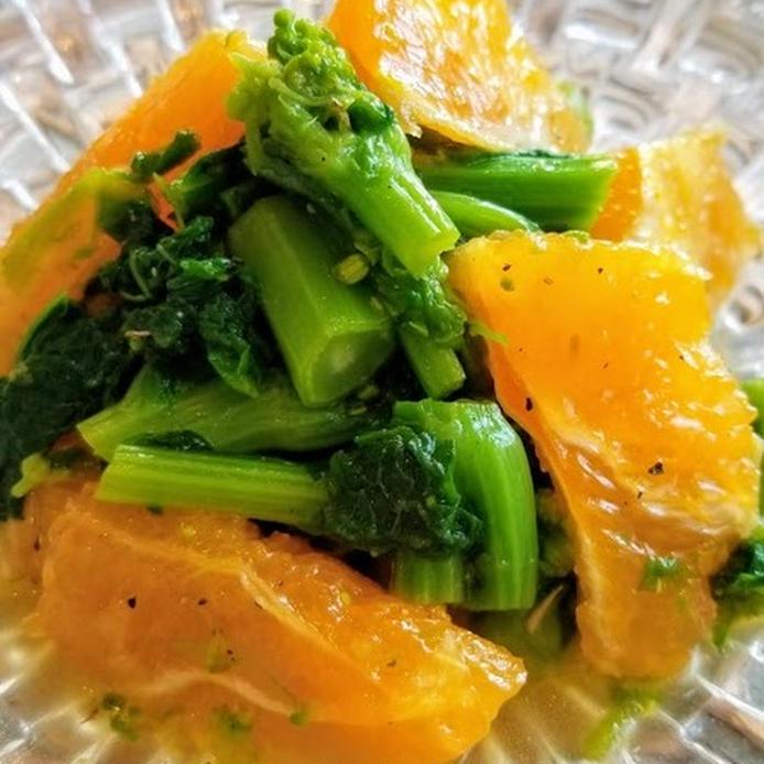 ガラスの器に盛り付けた菜の花とオレンジの春サラダ