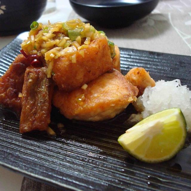 焼き鮭の香味ソース、野菜の巾着煮物、小松菜のサラダとお味噌汁(Grilled Salmon with Seasoned Sauce, Simmered Deep Fried Tofu Bags with Mushrooms and Veggies, Komatsuna / Potherb Mustard Salad, and Miso Soup)