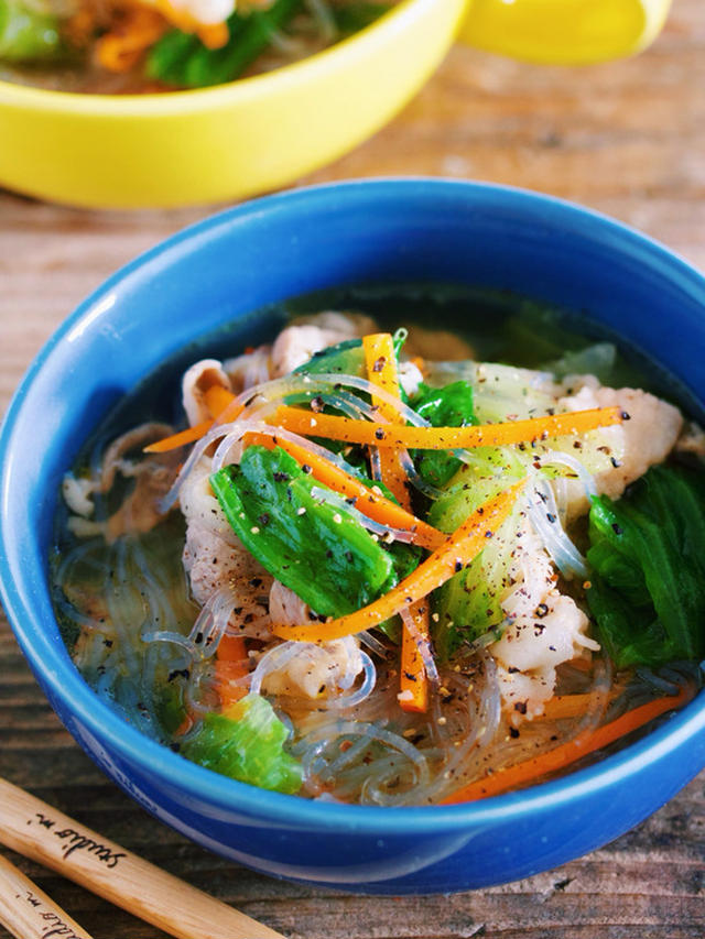 青の皿に入った豚肉と春雨のスープ