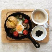 8月19日の朝ごはん。調理時間8分。夏野菜のスキレット目玉焼き