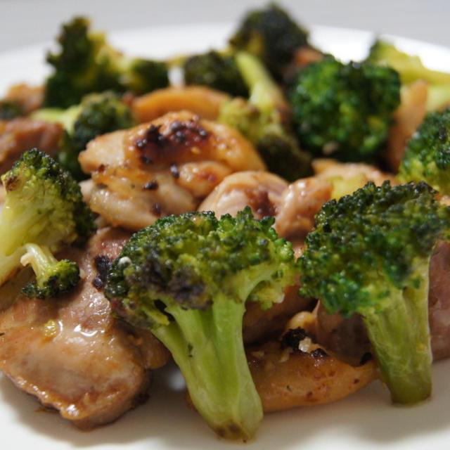 【ほっこりキッチン】鶏もも肉とブロッコリーの塩麹炒め
