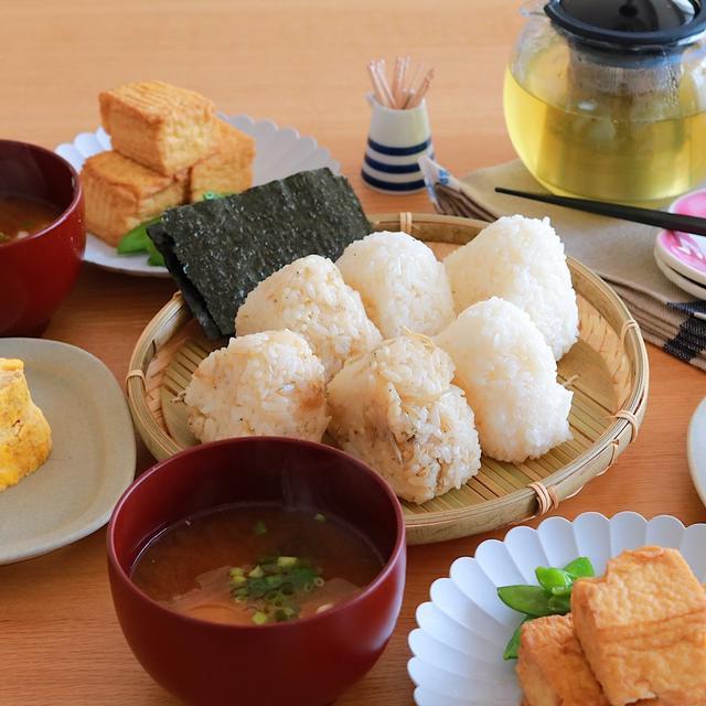 和食の朝ごはん♪しらすと生姜の味付けおにぎりと厚揚げと絹さやの炒め煮