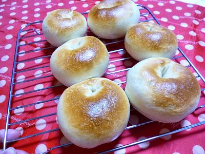 【塩2gイースト1.5gのパン】業務スーパーの激安強力粉でベーグル。もっちりできました。