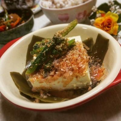 あと一品に☆小松菜のごま和えのせ湯豆腐