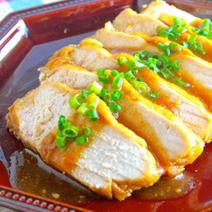 電子レンジで簡単調理♪鶏むね肉で作る大人気ヘルシーおかず「鶏チャーシュー」