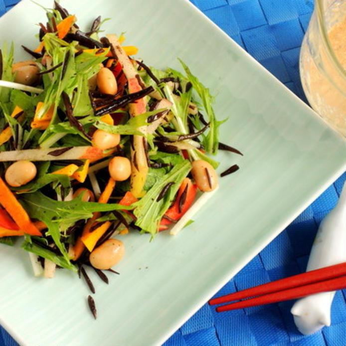 うすい翡翠色の角皿に盛られた大豆とひじきと水菜のサラダ