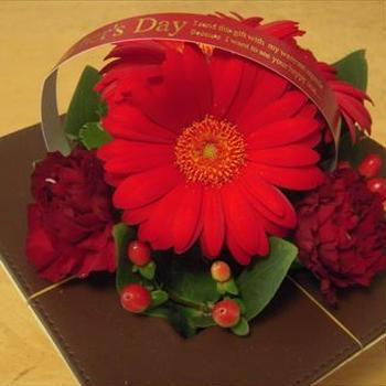 母の日に、アレンジメントのお花と生大福の贈り物