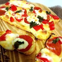 サクサク生地の真っ赤なピザ