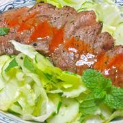 ピリ辛&サッパリで食欲増進!シラチャーソースでステーキサラダ。