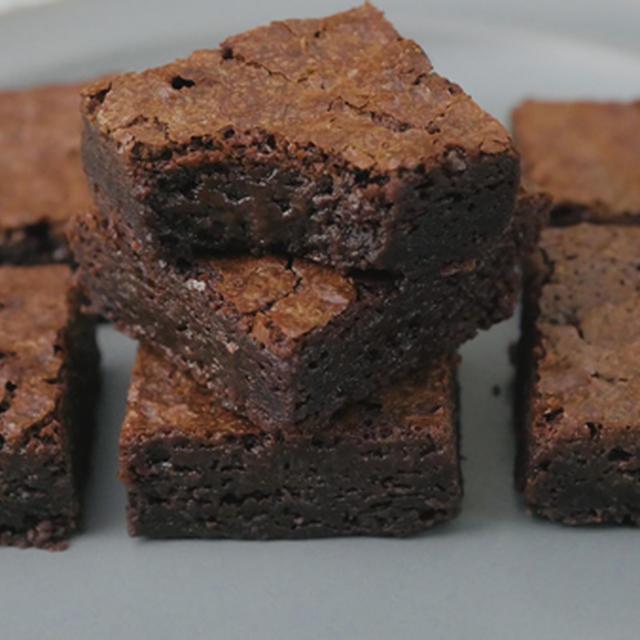 板チョコで簡単!しっとり濃厚ブラウニー【ホットケーキミックスで混ぜて焼くだけ】