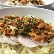 鶏ハムに長ネギの豆板醤炒めをのせて♪