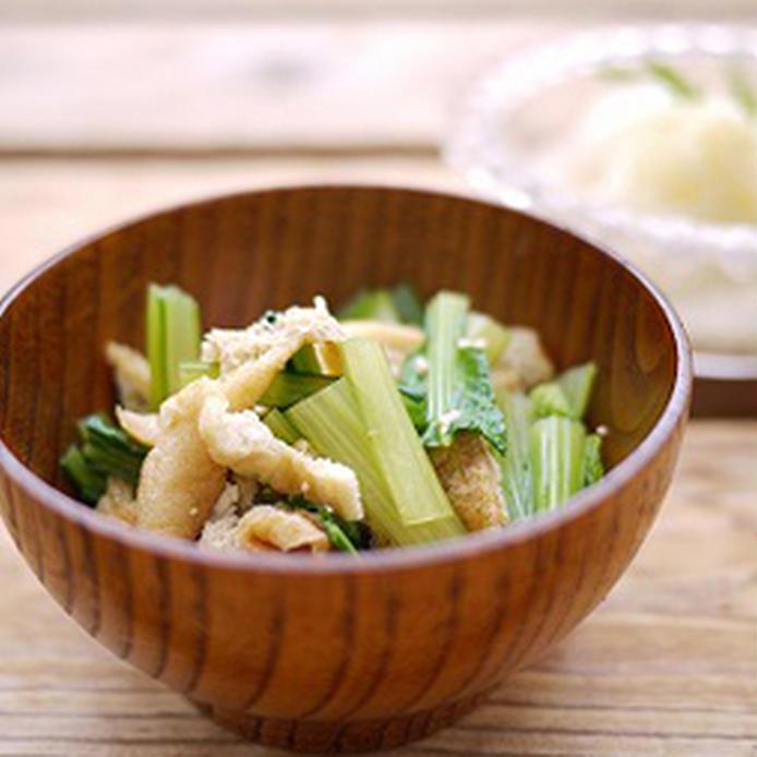 お椀に盛りつけた小松菜のおひたし