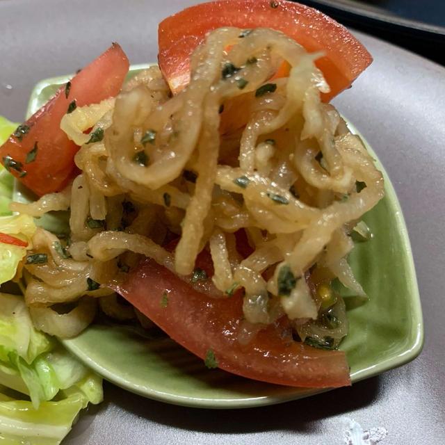奥深い酸味がおいしい!切り干し大根とトマトのバジルサラダ