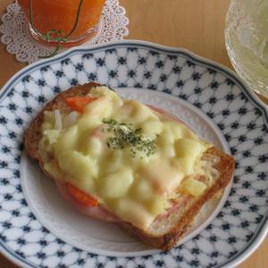 余ったらオシャレ朝食に♪ボリュームたっぷり簡単「ポテサラトースト」