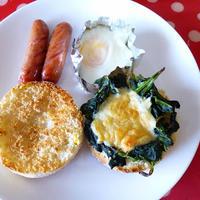 【朝ごはん】ほうれん草チーズのせマフィン、目玉焼き、ウィンナーをノンフライオーブン10分で。
